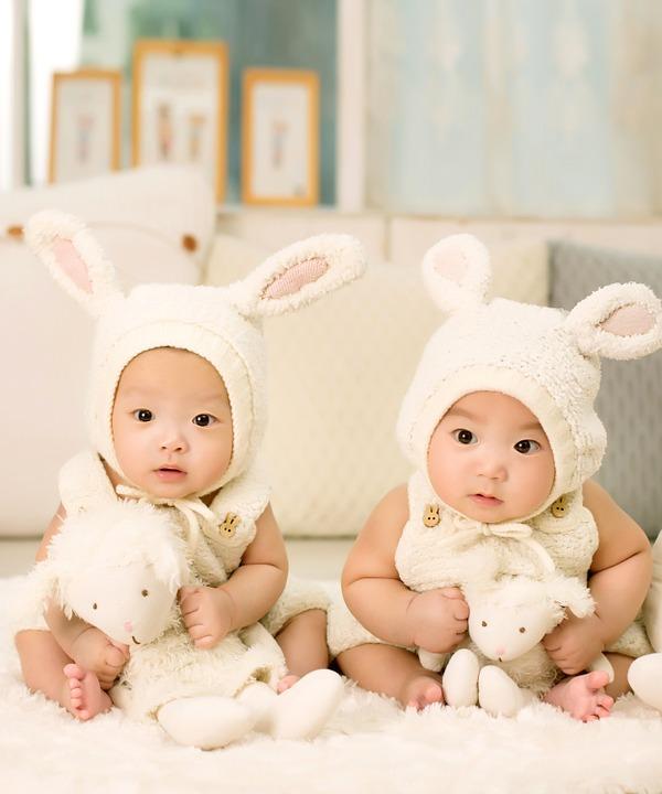 Du siège auto au mobilier pour enfant, faites vos achats sur Internet si vous attendez plusieurs bébés