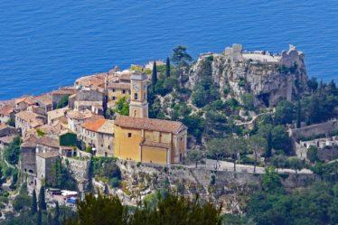 village d'eze sur la cote d'azur proche de Nice surplombant la mer